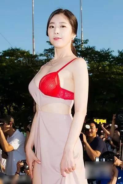 尺度太大!这位女星竟然直接穿着胸罩就出来了