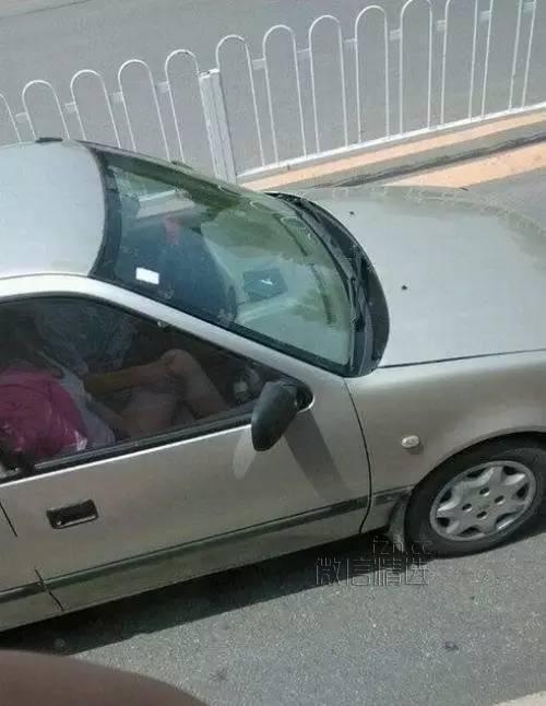 交警温馨提示:开车不摸奶,摸奶不开车