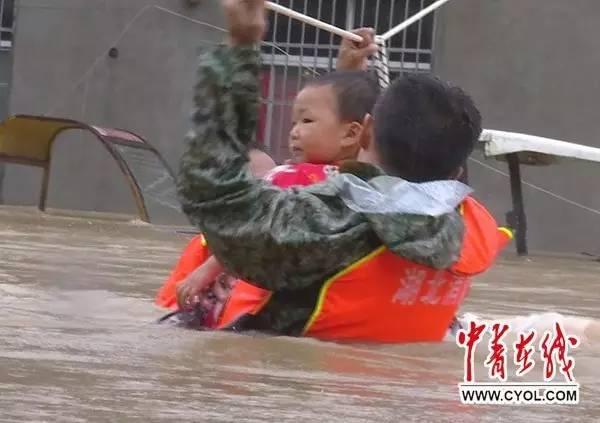 一起向他们致敬吧!抗洪抢险中最可爱的人!