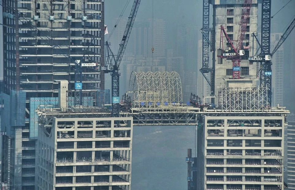 """中国重庆有一座""""横着建""""的摩天大楼?把老外惊到了!"""