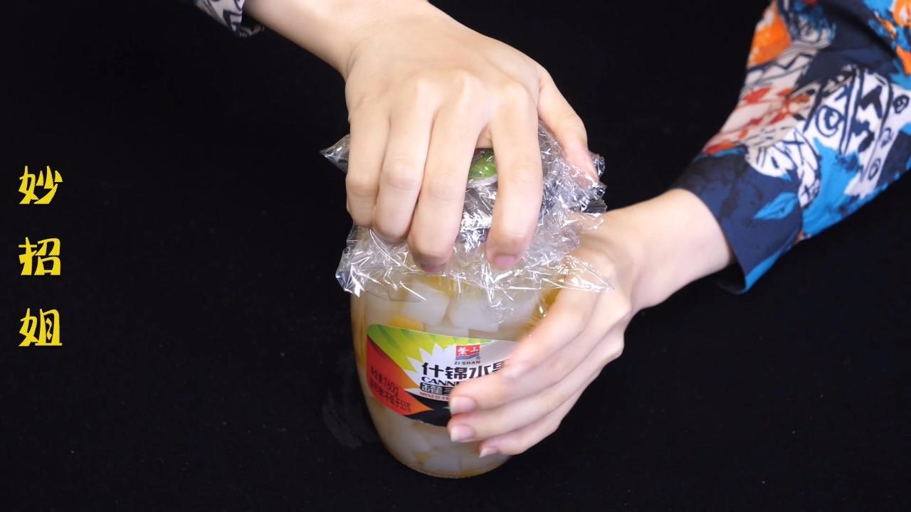 原来罐头瓶盖上有一个小机关,难怪老是打不开,四招轻松打开