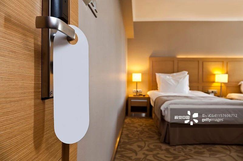 为什么住酒店时,要倒一壶开水在马桶里?看完恍然大悟!