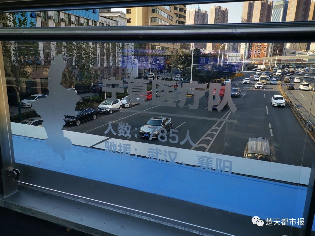 武汉这个过街天桥火了!不少市民特意前来打卡、拍照……